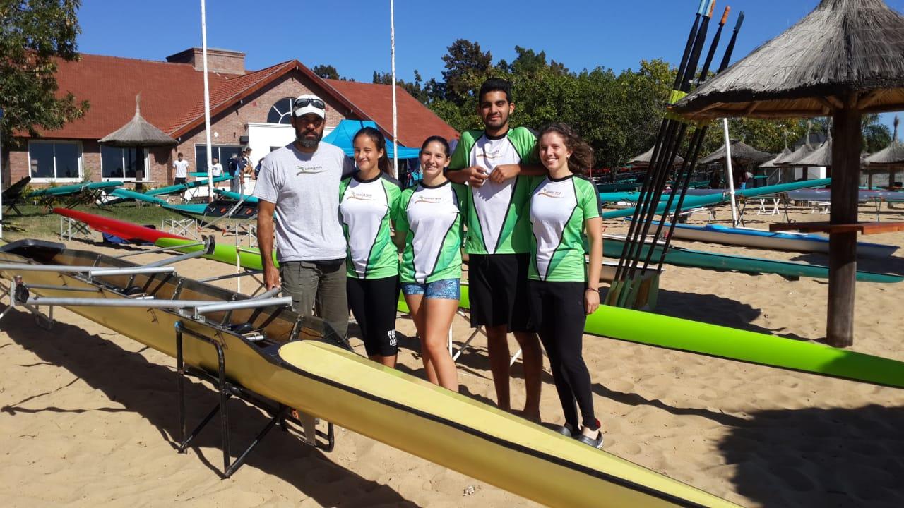 botes y equipo en la playa